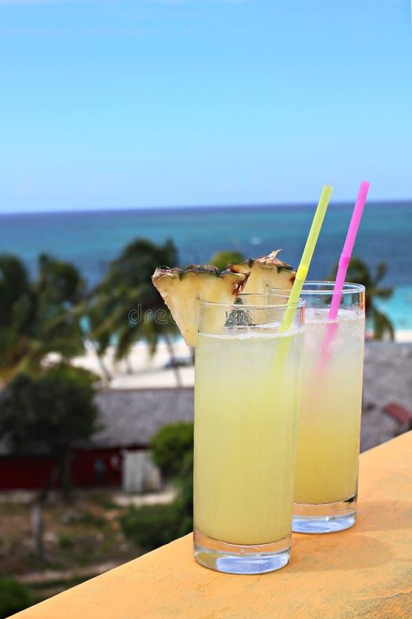 Tropisk drink på havs- och himmelbakgrunden arkivfoton