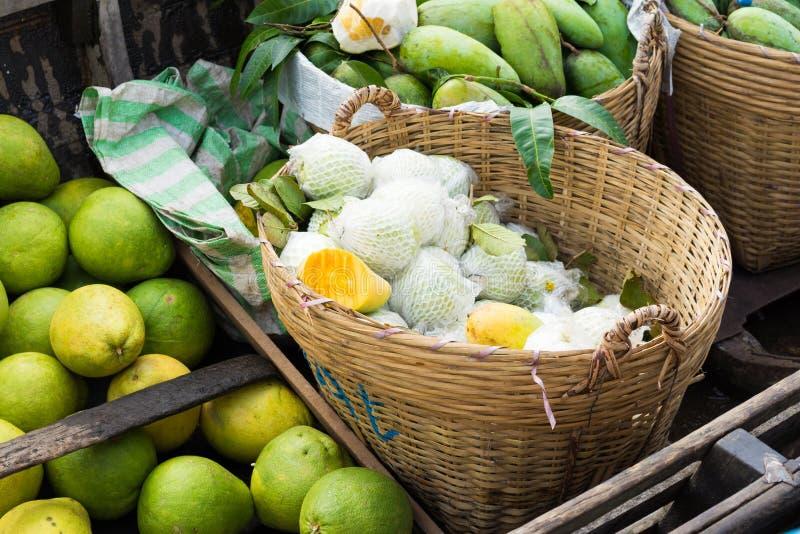 Tropisk frukt på en eka på att sväva marknaden i den Mekong deltan, Vietnam fotografering för bildbyråer