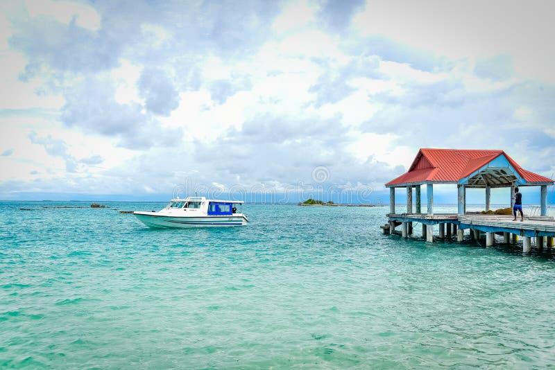 Tropisk hamn i den Thaa atollen, Maldiverna arkivfoto