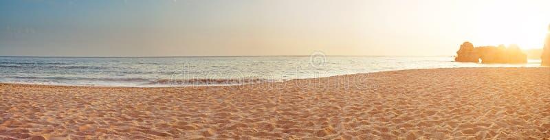 Tropisk havsmorgonpanorama arkivfoto