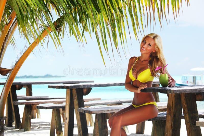 tropisk kvinna för cafe arkivbild
