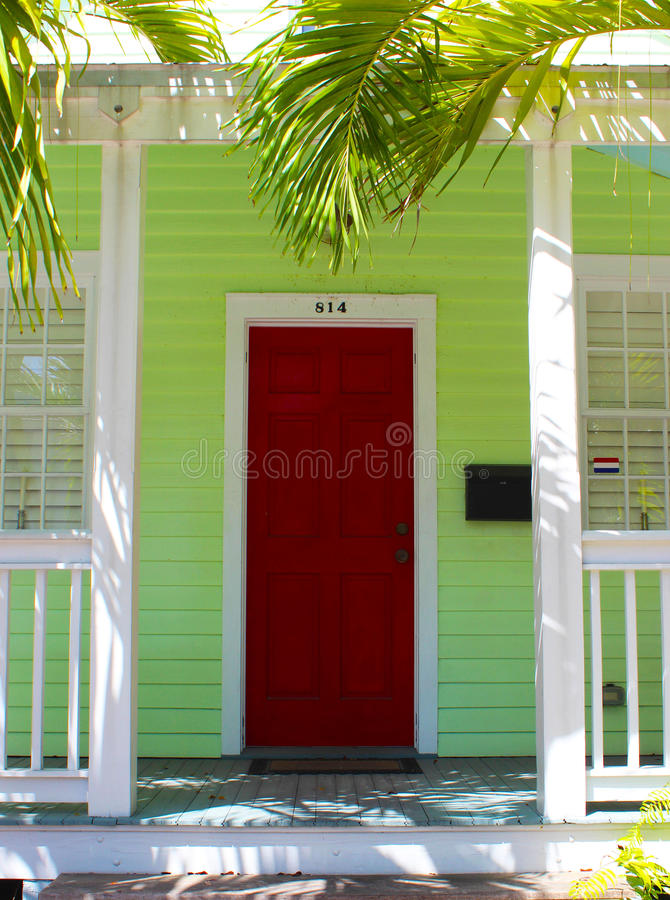 Tropisk röd dörr med palmträdet arkivfoton