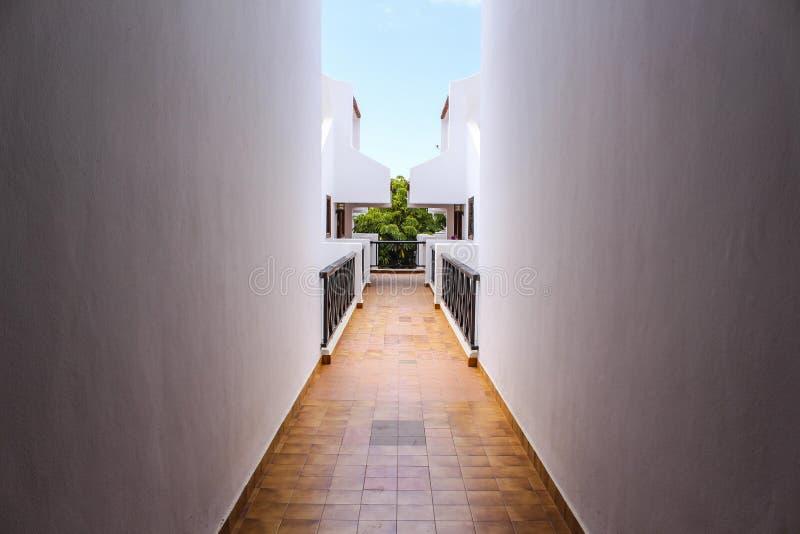 Tropisk regionapartamentskorridor med den öppna taköverkanten fotografering för bildbyråer
