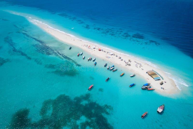 Tropisk sandö med den vita sandstranden, Zanzibar royaltyfria foton