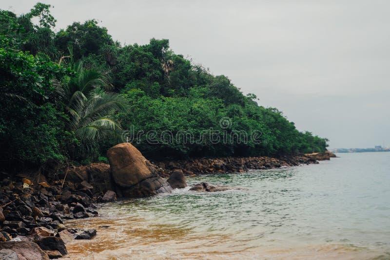 Tropisk semesterferiebakgrund - idyllisk strand för paradis Sri Lanka arkivbilder