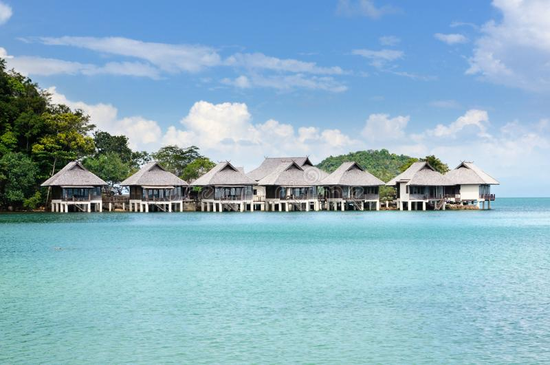 Tropisk semesterort med bungalower på vattnet på kustlinjen av den Koh Chang ön, Thailand royaltyfria foton