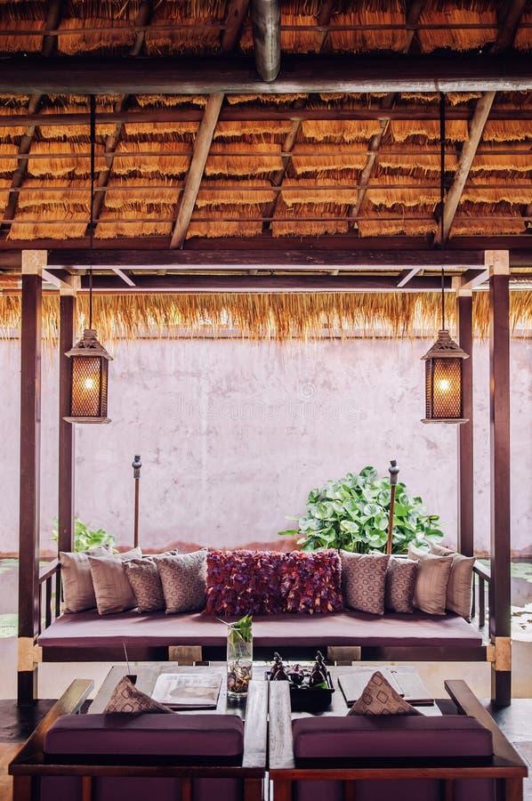 Tropisk semesterortvardagsrum med trämöblemang, tropisk styl arkivfoto