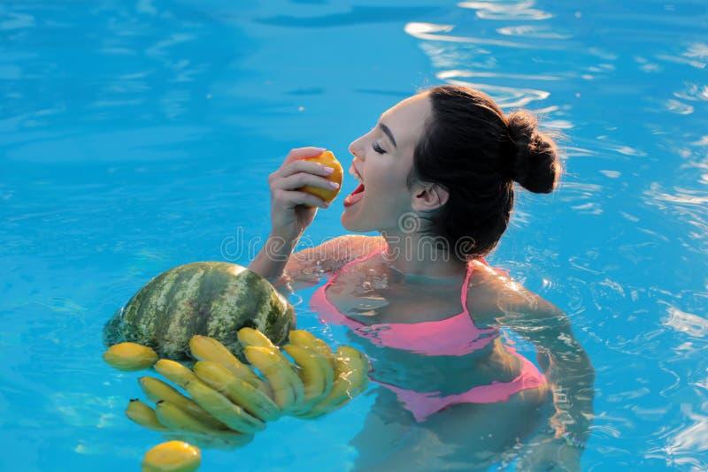 Tropisk sexig flicka Aktiv fritid f?r ung kvinna - simbass?ngbegrepp Maldiverna eller Miami Beach vatten Semestrar - skönhet royaltyfria bilder