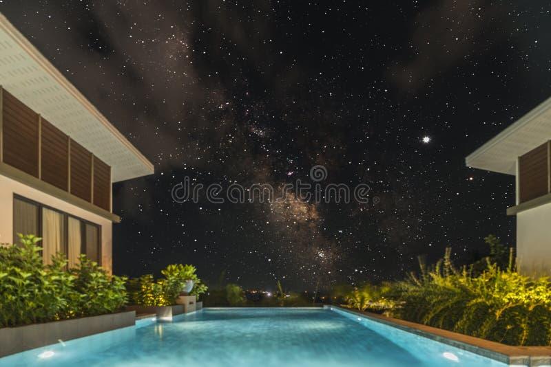 Tropisk simbassäng med stjärnklar himmel royaltyfri foto