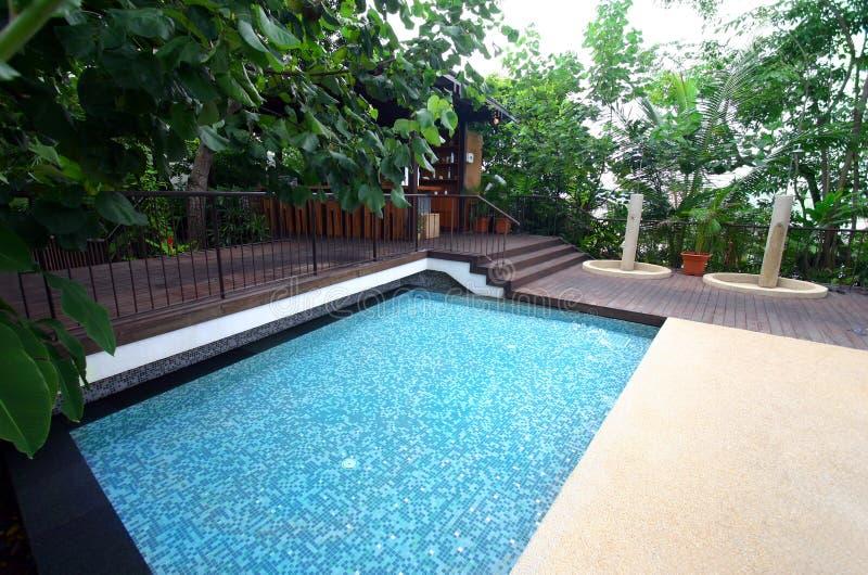 tropisk simning för semesterort för stånghotellpöl fotografering för bildbyråer