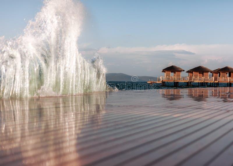 Tropisk solig ö för exotisk ferie vid havet på en privat ö arkivbilder