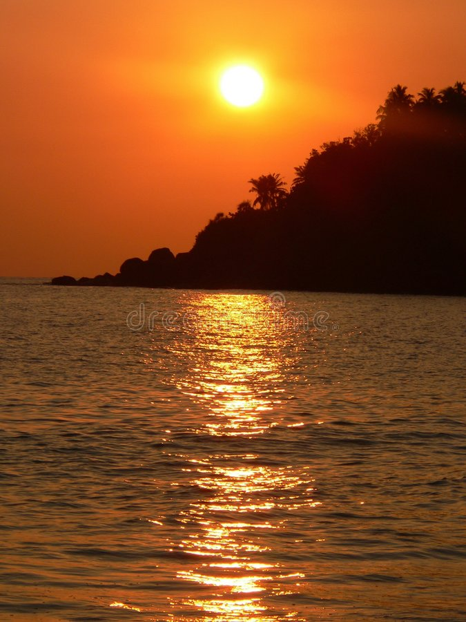 Download Tropisk solnedgång arkivfoto. Bild av lake, solnedgång - 982238