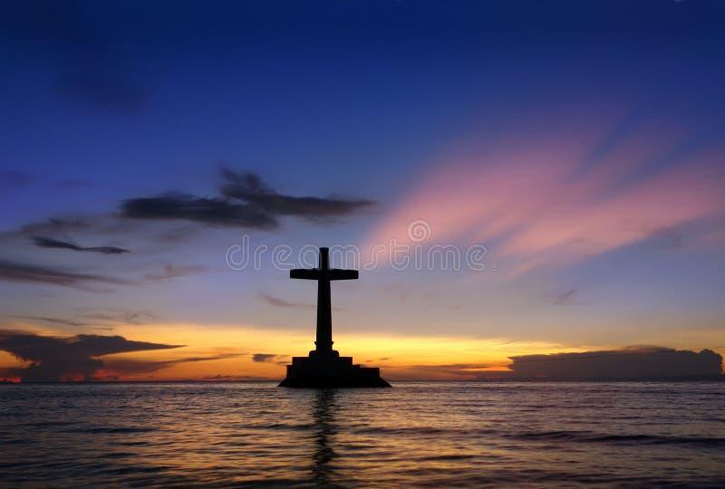 Tropisk solnedgång med korssilhouetten. royaltyfria bilder