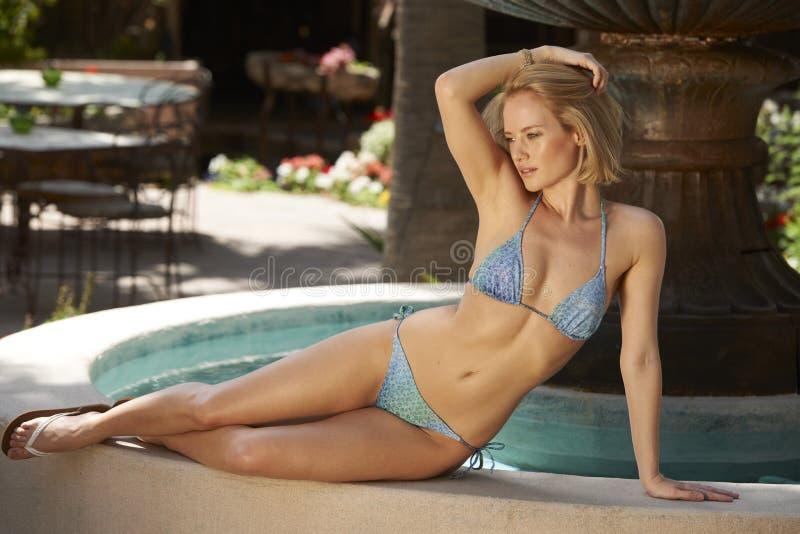 Tropisk springbrunn för blond skönhet fotografering för bildbyråer