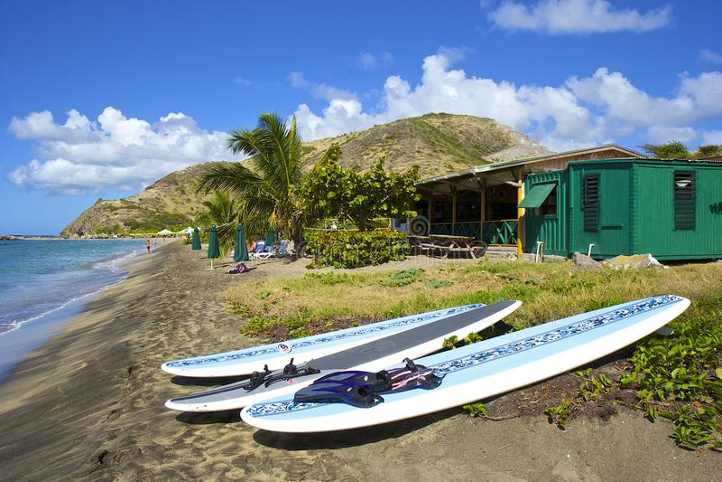 Tropisk strand i St Kitts som är karibisk fotografering för bildbyråer