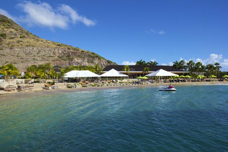 Tropisk strand i St Kitts som är karibisk arkivbilder