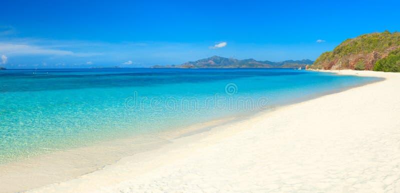 Tropisk strand Malcapuya royaltyfri bild