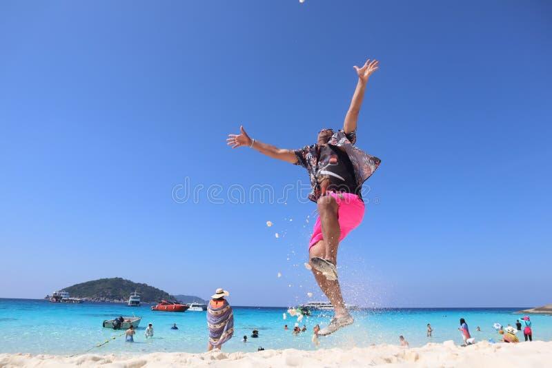Tropisk strand med en manbanhoppning, Phuket, söder av Thailand royaltyfria bilder