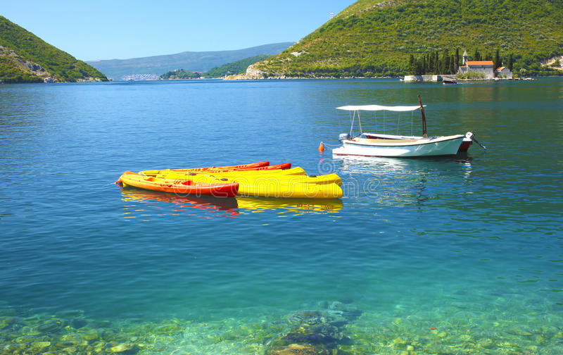 Tropisk strand med färgrika kanoter royaltyfria bilder