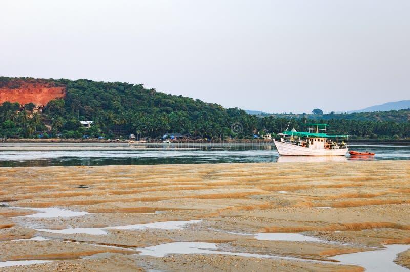 Tropisk strand med fiskebåtar i Goa, Indien royaltyfria bilder