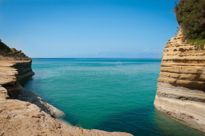 Tropisk strand med härligt turkosvatten och klippor royaltyfri foto