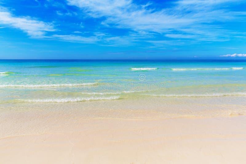 Tropisk strand och härligt hav Blå himmel med moln i lodisarna royaltyfri fotografi