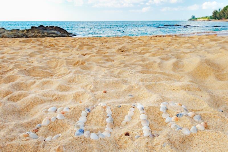 Tropisk strand och 2018 lyckliga nya år royaltyfri bild