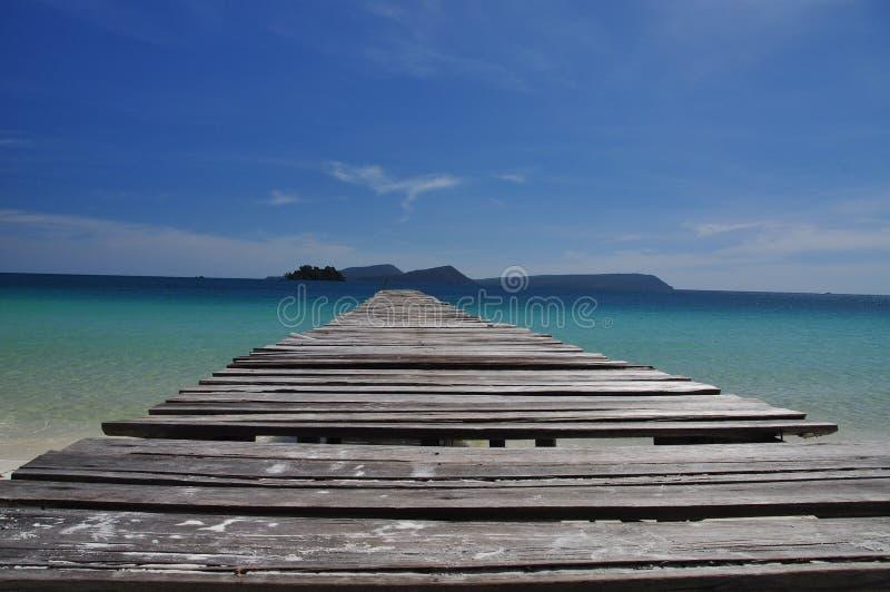 Tropisk strand och träpir, Koh Rong ö, Cambodja royaltyfri bild