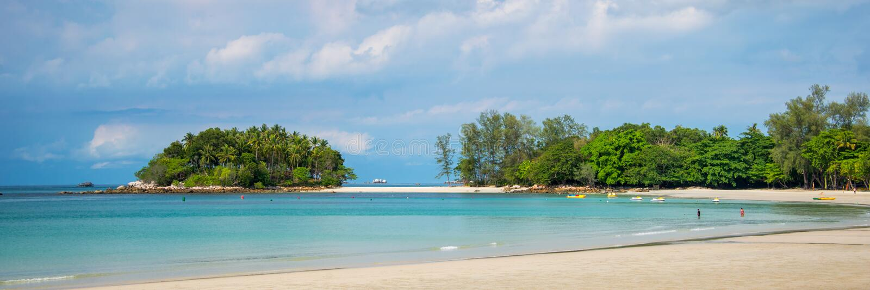 Tropisk strand på Bintan ösemesterorter Indonesien royaltyfri foto