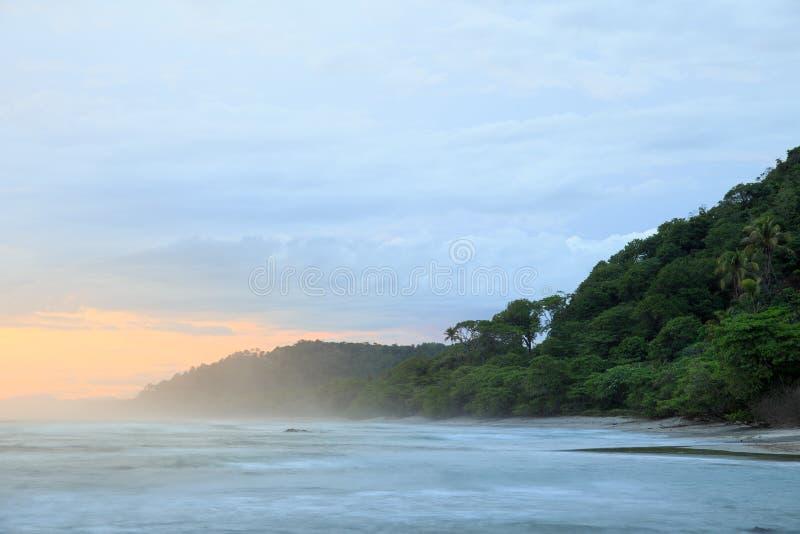Tropisk strand på santa teresa Costa Rica royaltyfri bild