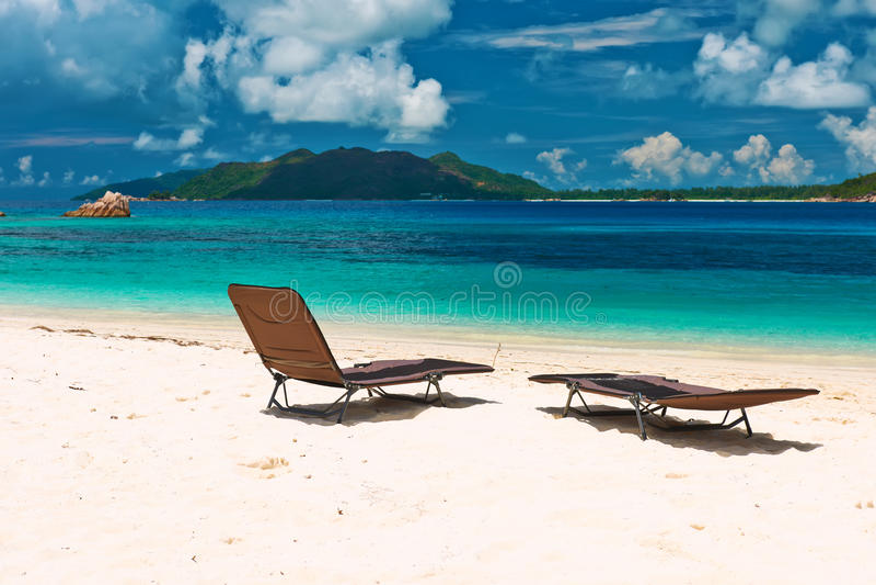 Tropisk strand på Seychellerna med royaltyfria foton