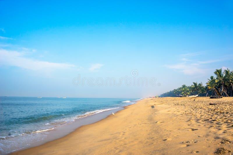 Tropisk strand som tas i mararikulam arkivbilder