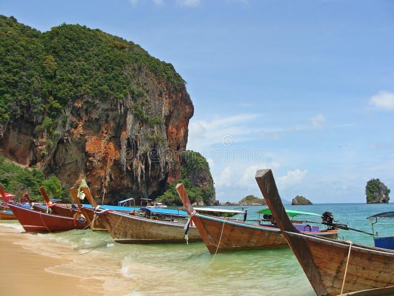 Tropisk strand, traditionella fartyg för lång svans, Andaman hav thailand royaltyfri foto