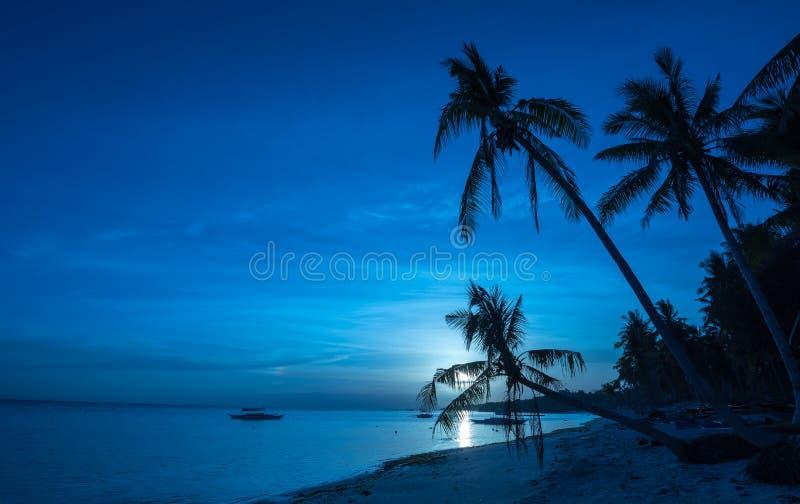 Tropisk strandbakgrund av nattsikten från den Dumaluan stranden arkivfoto