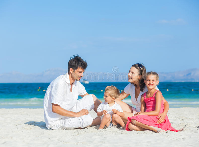 tropisk strandfamilj fyra arkivfoto