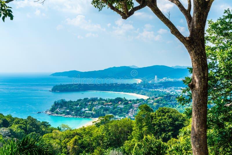 Tropisk strandhorisont på Karon siktspunkt i Phuket, Thailand royaltyfri bild