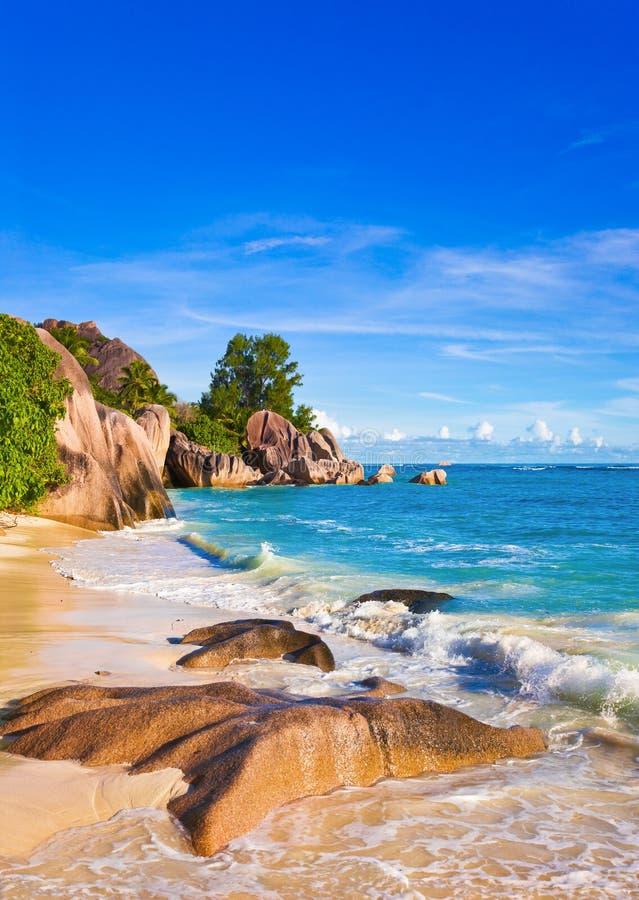 Tropisk strandkälla D'Argent på Seychellerna arkivbilder