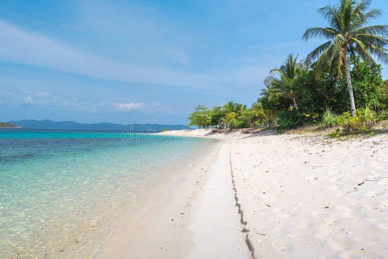 Tropisk strandseascapesikt på den Bulog DOS-ön, Palawan royaltyfri fotografi