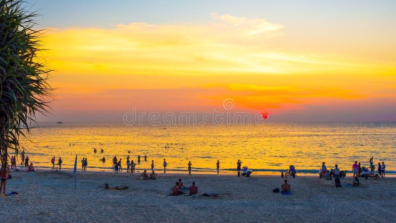 tropisk strandsolnedgång Kata Phuket ö, Thailand arkivbilder