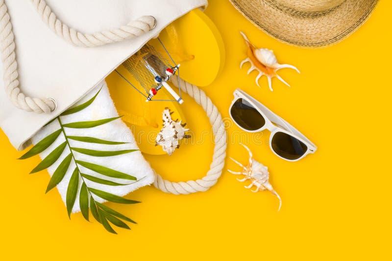 Tropisk strandtillbehör på gul bakgrund Begrepp för sommarloppsemester royaltyfri fotografi