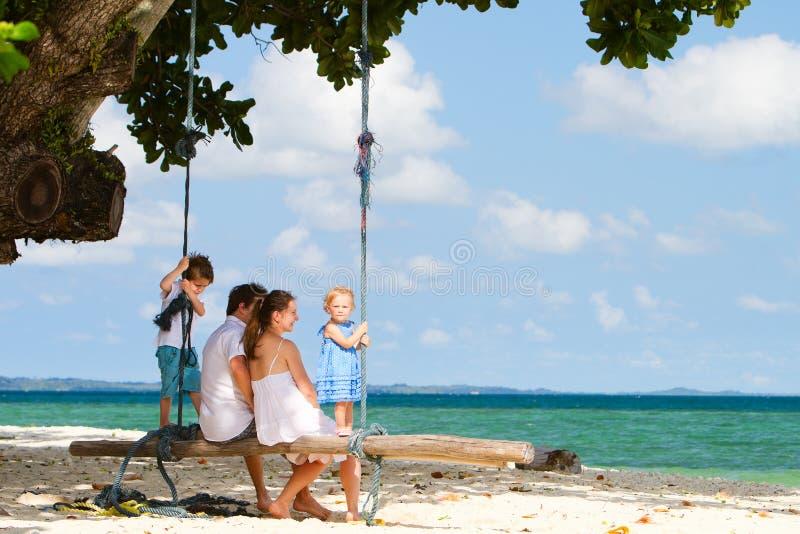 tropisk sväng för strandfamilj arkivfoton