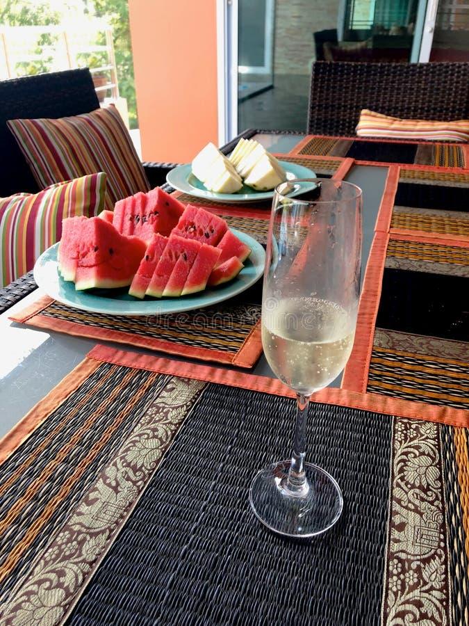 Tropisk tabelluppsättning med frukter och drinkar arkivfoton