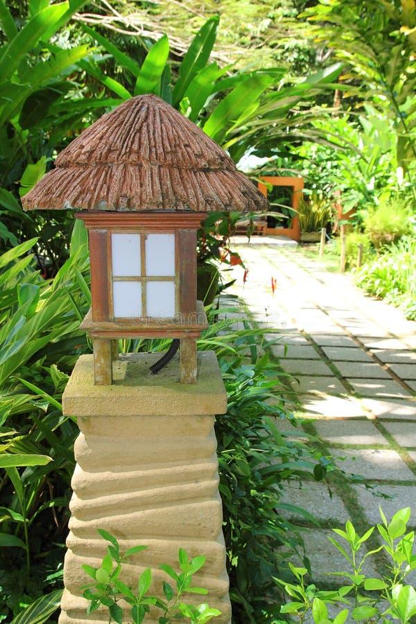tropisk trädgårds- lampa royaltyfria foton