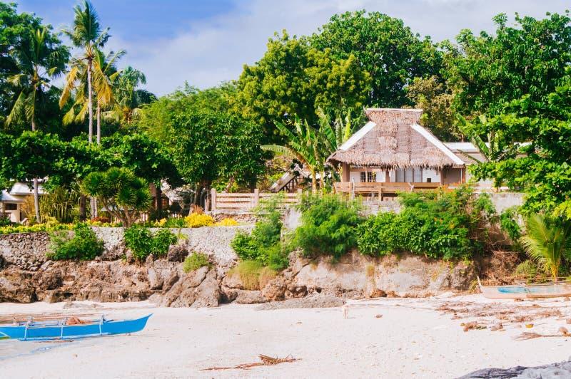 Tropisk vit sandstrand med gröna palmträd och parkerade fiskebåtar i sanden Exotiskt öparadis royaltyfri foto