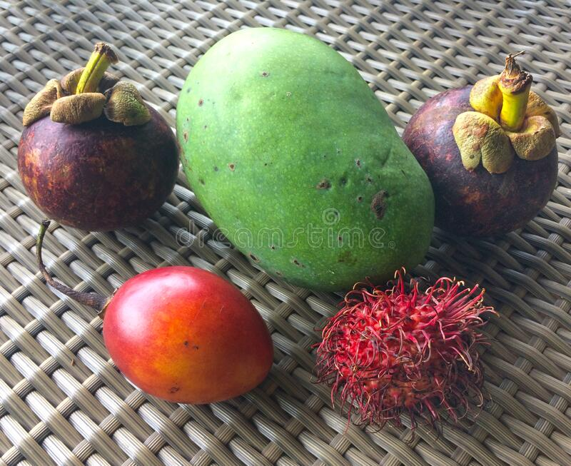 Tropiska frukter - mangostan, papaya, rambutan arkivbild