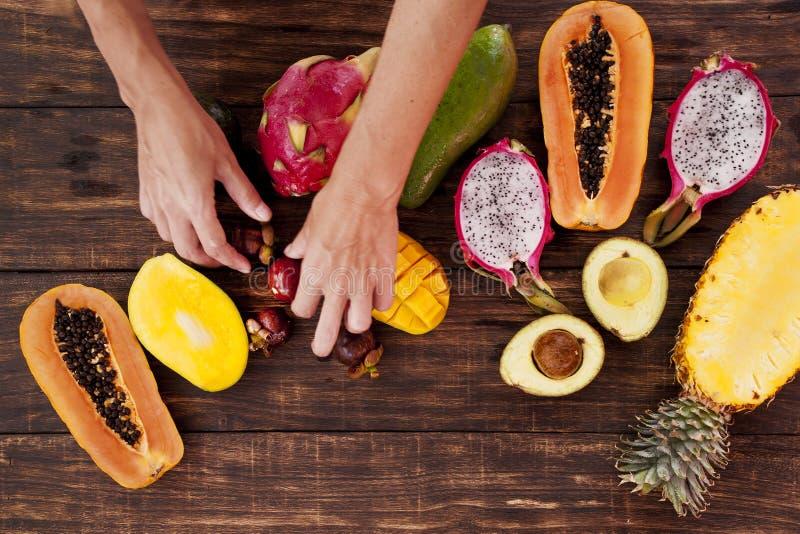 Tropiska frukter, papaya, Dragon Fruit, rambutan, tamarindfrukt, avokado, granadilla, mangosteen för carambolakumquatmango royaltyfri fotografi
