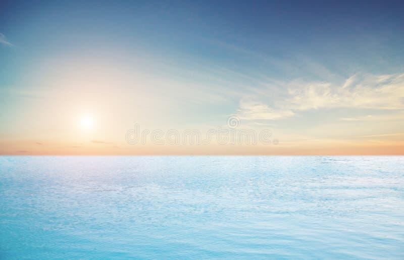 Tropiska himmelmoln och hav royaltyfri fotografi