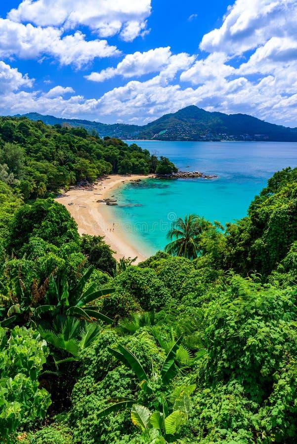 Tropiska Laem sjunger stranden Härlig turkosfjärd och folk som kopplar av på stranden Paradise kust av Phuket, Thailand arkivbilder