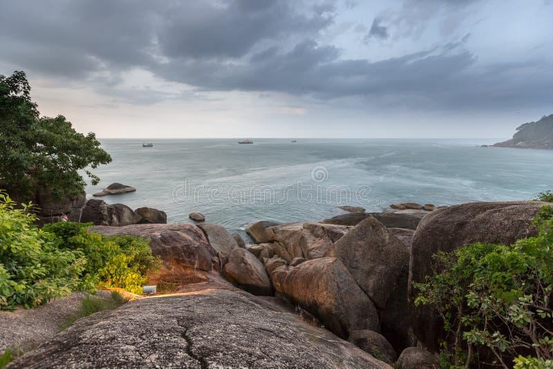 Tropiska mörka stormmoln och hav på Rocky Beach i Samui, Thailand arkivfoto