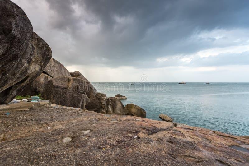 Tropiska mörka stormmoln och hav på Rocky Beach i Samui, Thailand royaltyfria bilder